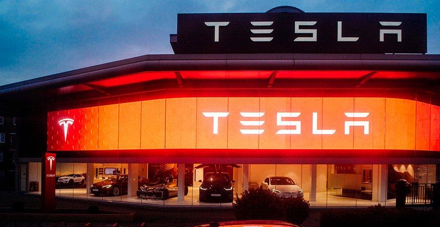 Tesla останавливает свои заводы в США